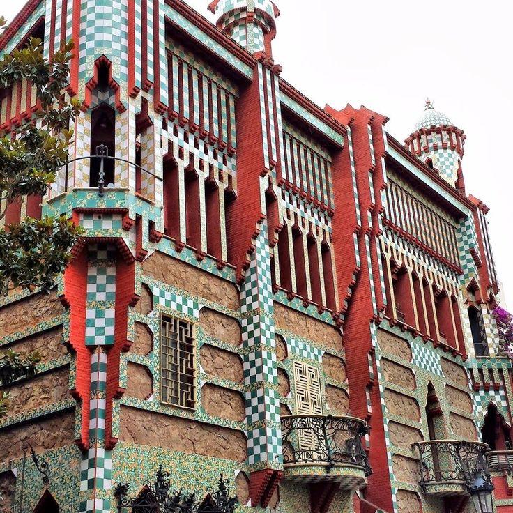 La Casa Vicens (1888) de Barcelona obra de Antoni Gaudí se levanta en el tranquilo barrio de Gràcia. #barcelona #gaudi #art . . . . . . . . . . . . . . . . #antonigaudi #architect #architects  #architecture  #artnouveau  #barcelonaES  #barcelona_world  #barcelonaenamora #barcelonalovers #barcelonagramers #bcncity #bcn #blogging #europe  #lovebarcelona #ilovebarcelona #instagood  #makingmemories #traveling #travel #ontheroad  #lovespain #trip  #traveler #vacation Visit www.jluislopez.es