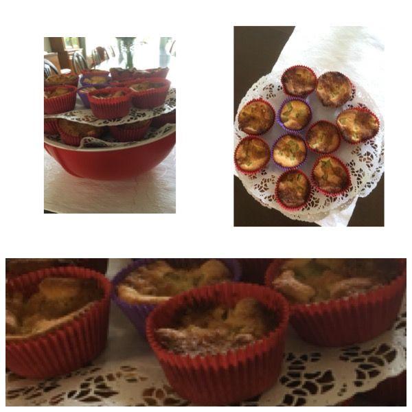 Puutarhajuhliin tehty raparperipiirakka muffinssivuokiin. Ei tarvita lautasia eikä lusikoita. Pinottu isoon kulhoon päällekkäin kakkupaperit kerrosten välissä. 7/2017