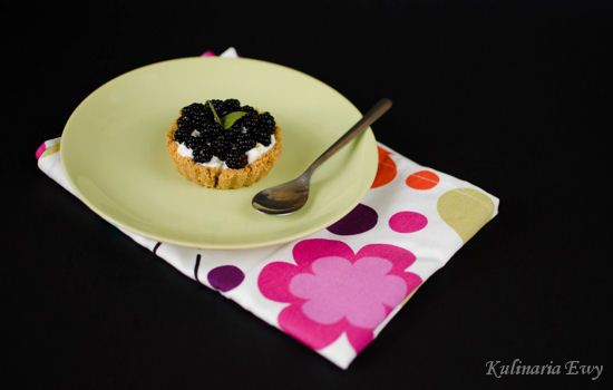 Tartlets with cream and blackberries