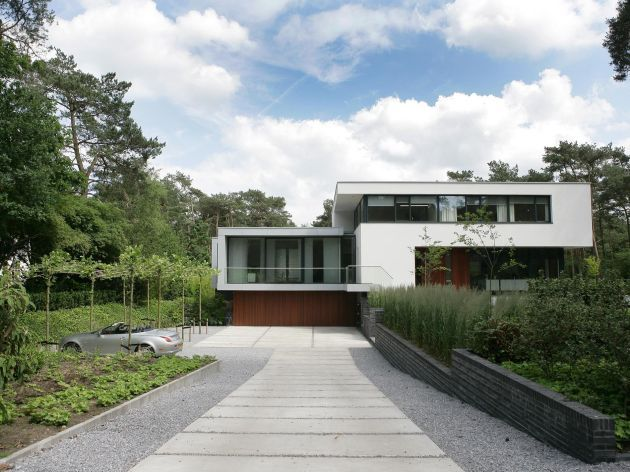 House in Bosch en Duin by Maas Architects, Bosch en Duin, Netherlands | Linear strips divided by crushed aggregate. Allows for runoff while complementing the rectangles of the house.