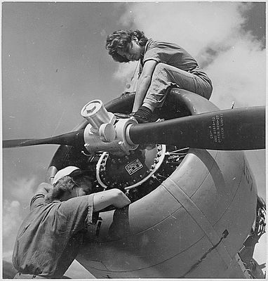 Women Navy mechanics work on an engine at Naval Air Station Jacksonville, Oct. 27, 1943. Photo: National Archives