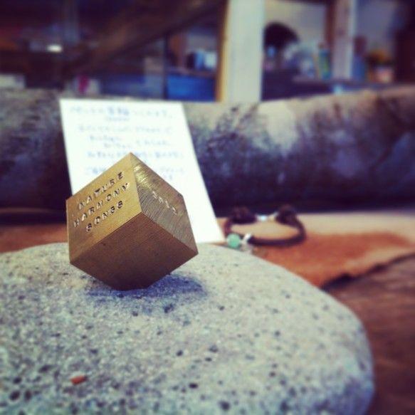真鍮製キューブオブジェ 2㎝×2㎝×2㎝の立方体 68g マット仕上げ 立体の一つの角が削られているので斜めに立たせることができます ...|ハンドメイド、手作り、手仕事品の通販・販売・購入ならCreema。