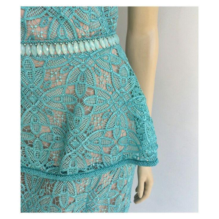 Detalhes que AMAMOS! ♡   { Vestido em Renda Guipir Turquesa w/ detalhe Peplum Removível }   •••••• 》》Whatsapp 43 9148-2241  ☎  43 3254-5125.    Rua Rio Grande do Norte, 19 Centro - Cambé-Pr  #venhaseapaixonar #details #luxo #glamour #vestidodeuso #dressparty #vestidodossonhos #euqueroo #fashionistando #carolcamilamodas #news #trend #Verão16 #dresses