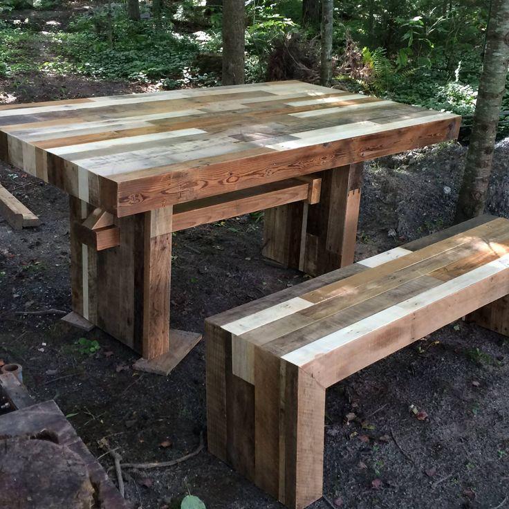 Une table pour 6 personnes et un banc fait avec du bois de palette et fini à