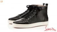 Christian Louboutin is één van de bekendste schoenenontwerpers op aarde. Zijn schoenen kenmerken zich door een rode zool en hak van minimaal 12 centimeter. Celebs in binnen- en buitenland kunnen de deur niet