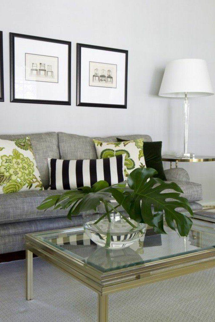 Ein Graues Sofa Grune Kissen Tisch Aus Glas Eine Vase Mit Grossen