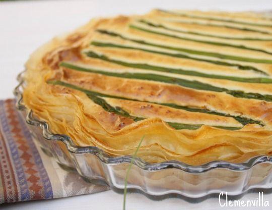 Otra tarta salada, esta vez con la base de pasta filo, muy crujiente y  el relleno también lleva patata, como la quiche savoyarde , m...