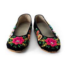 Evelina Kark broderar traditionella skor till den estniska folkdräkten. Skorna är tillverkade i ylle och broderade med blommor av alla de sorter, de har en sula av läder.