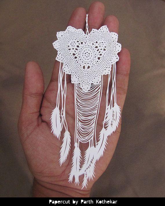Papercut - Crochet Dreamcatcher - Tenture murale - plumes blanches - fait main - Papercraft - découpage du papier - capteur de rêves-