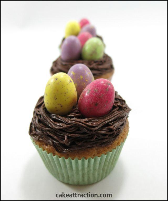 Nidos de Pascua: Cupcakes de café con una crema de chocolate y decorados con huevos de colores. Ideal para Pascua