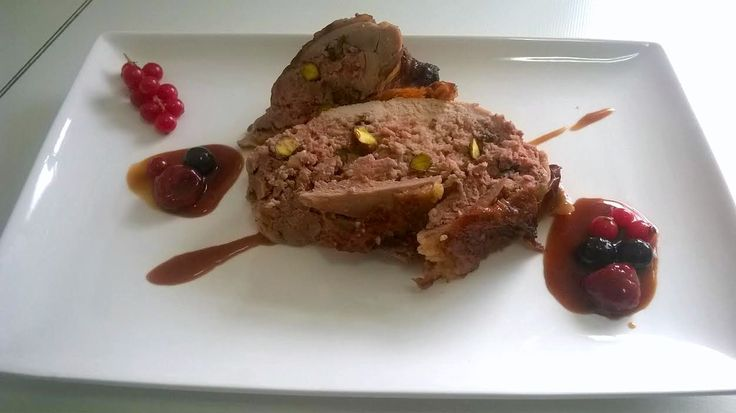 Pintada (gallina de Guinea) rellena con salsa de frutos rojos
