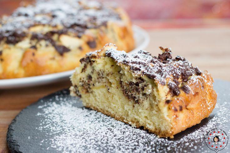 La Torta di Mele Golosa è una morbidissima torta con cioccolato fondente e mele. Ottima per colazione o per merenda, piacerà sicuramente a tutti, grandi e