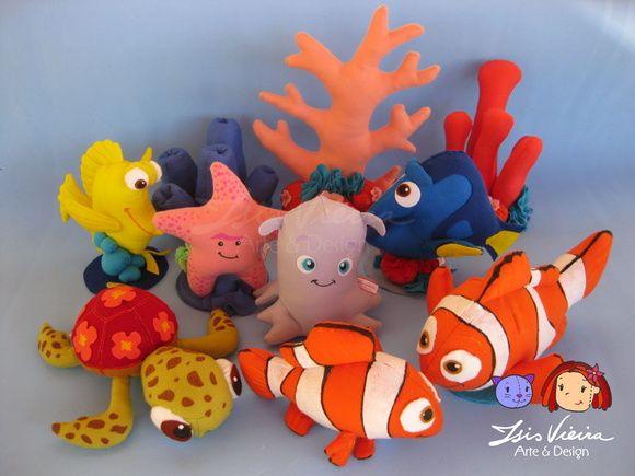 Kit de personagens do filme Procurando Nemo  Em feltro com enchimento de fibra de silicone. Ficam em pé sozinhos, com base.  Personagens, algas e corais disponíveis para montar o kit. Monte seu kit como preferir! Consulte! :)  Conteúdo do kit/ altura / valor PERSONAGENS 30cm - R$65,00 cada -  10 personagens ALGAS - R$17,00 cada  - 5 algas CORAIS 30cm - R$30,00 cada - 5 corais   Personagens do kit: 10 personagens: Nemo Marlin (pai do nemo) Dory (peixe azul) Squirt (tartaruguinha) Bubbles…