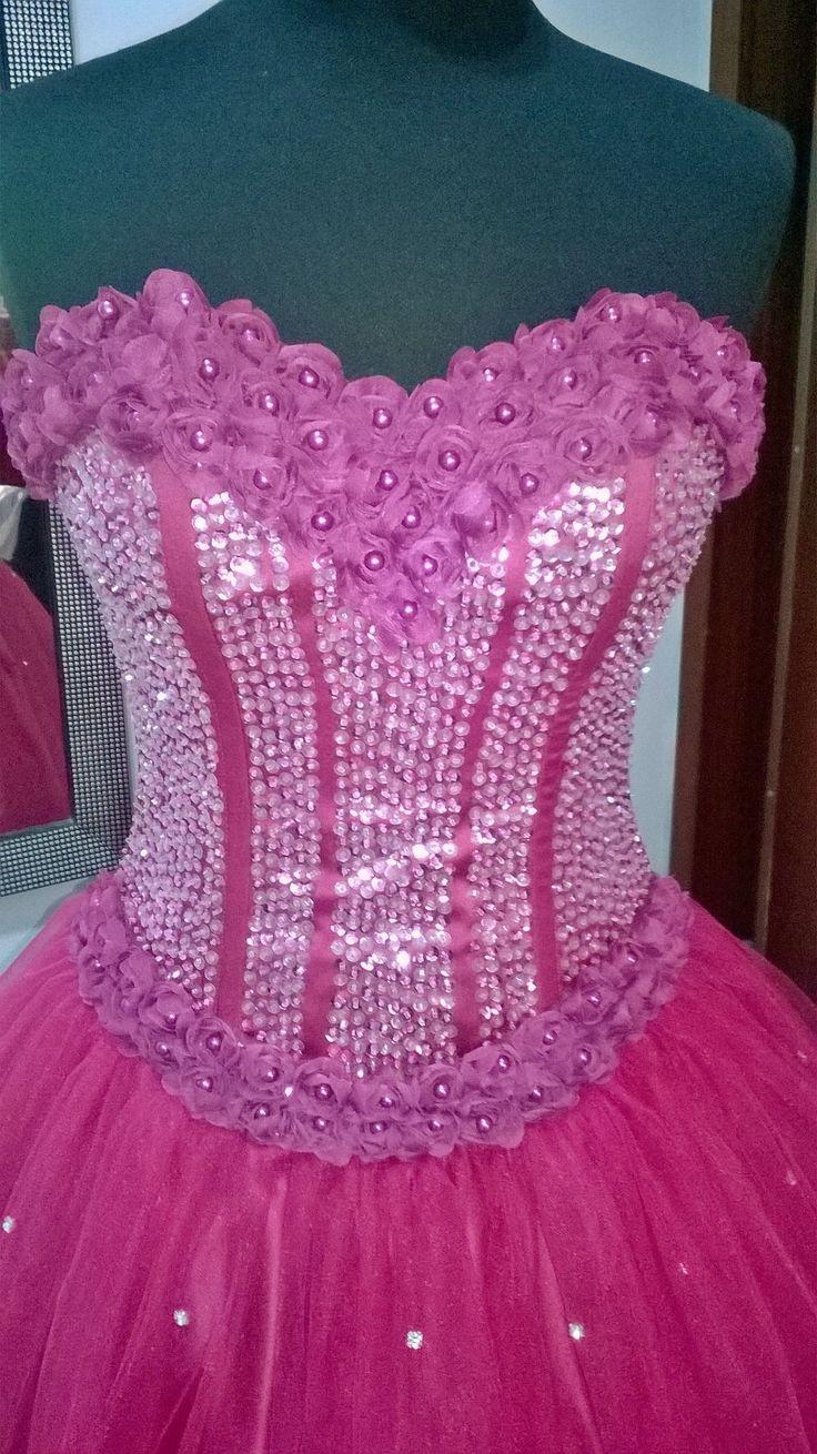 Corsetto con applicazioni in palliettes rosa e bordo in fiori di seta.