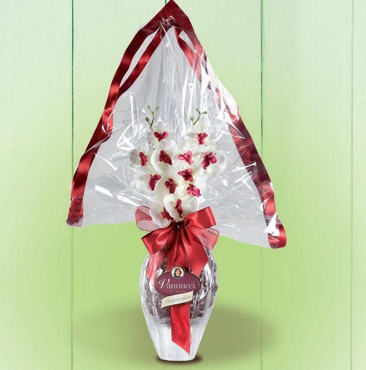 """Πασχαλινό αβγό """"Gourmet"""" του ιταλικού οίκου Vannucci από εκλεκτή σκούρα σοκολάτα 60% κακάο και γλυκοψημένα και καραμελωμένα αμύγδαλα! Περιέχει και κομψό δωράκι έκπληξη! Βάρος: 650γρ., Ύψος: 70εκ. Αποκλειστικά από την be sweet"""