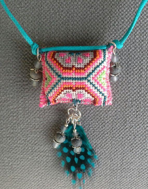 Collier/Pendentif textile à plumes. Esprit bohème par VeronikB
