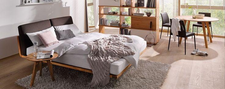 Een massief houten design bed met een minimalistisch, functioneel en kwalitatief ontwerp. Het massief houten Swinq bed is de perfecte basis in een slaapkamer waar andere meubels met zorg gekozen zijn. Of het nu geplaatst wordt in een drukke, design of klassieke slaapkamer. Het massief houten design bed Swinq is de perfecte basis en kan altijd goed gecombineerd worden. Keuze uit 8 houtsoorten en diverse stofkleuren. U stelt uw eigen Swinq samen en dus past dit unieke massief houten design bed…