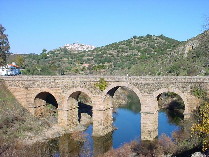 El Puente de Segura, sobre el Río Erjas, sirviendo de frontera y uniendo las poblaciones de Segura y Piedras Albas. Es romano y coetáneo del maravilloso puente de Alcántara, su hermano mayor.