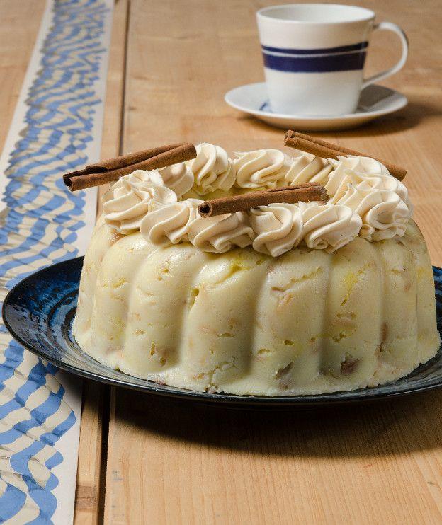 Μια διαφορετική συνταγή για χαλβά με γάλα, βούτυρο και σουμάδα. Σερβίρεται με μια κρέμα από λευκή σοκολάτα και κανέλα.