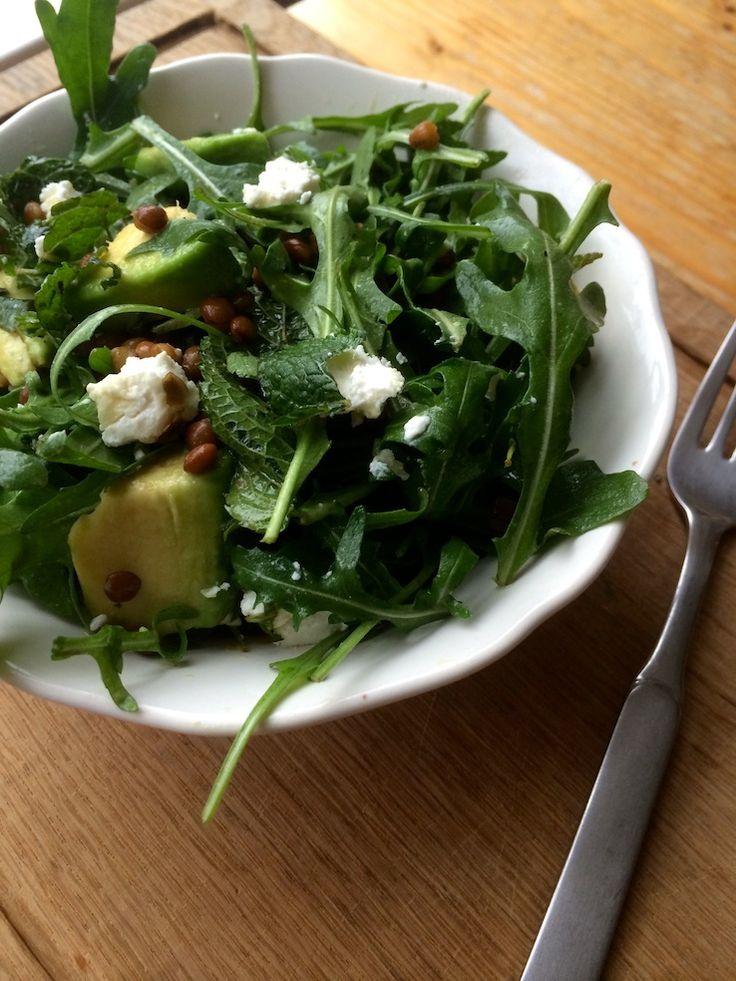 Linzensalade met avocado en geitenkaas