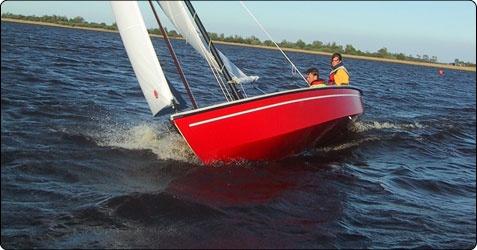 Lekker dagje op het water  De wind in je haren en heerlijk 'n dag genieten van onze eigen mooie Friese wateren op een prachtige Geuzenvalk, incl. zwemvesten, brandstof en koffie...    Wat: Een Geuzenvalk voor een dag inclusief zwemvesten, brandstof en koffie (max. 6 personen per Geuzenvalk)  Waar: JFT Watersport, Sneek    Let op: Zeilervaring is vereist     http://www.leukedingendoenshop.nl/Product/Zeilen-in-Friesland-15.aspx
