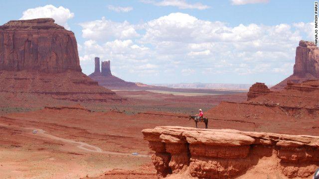 米アリゾナ州からユタ州にまたがるモニュメントバレー。その光景はまさに映画を凌ぐ美しさだ=Navajo Nation Parks提供 ▼8Aug2012CNN|世界の絶景<下> モニュメントバレーから英国の鉱山跡まで http://www.cnn.co.jp/photo/35020062.html #Monument_Valley