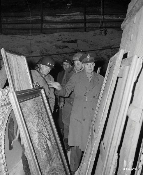 Верховный командующий союзными войсками генерал Дуайт Д. Эйзенхауэр осматривает награбленные художественные сокровища в соляной шахте в Merkers (Германия) в апреле 1945 года.