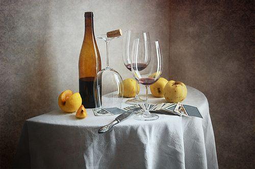 Желтые яблоки и бутылка вина http://store.35photo.ru/buy/?oId=10477&id-print=0 35PHOTO.Store - фотографии для интерьера Классический натюрморт с желтыми осенними яблоками, бутылкой вина, несколькими бокалами и игральными картами на белой скатерти в домашнем интерьере