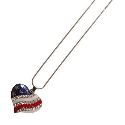 Halskæde med USA hjerte 💗 Halskæde med flot hjerteformet smykke vedhæng med Stars and Stripes emalje og 29 kunstige krystaller.  Halskæden er 45 cm lang, men kan forlænges til 50 cm.  USA hjerte smykket er 30 mm i bredden og har en tykkelse på 6 mm.