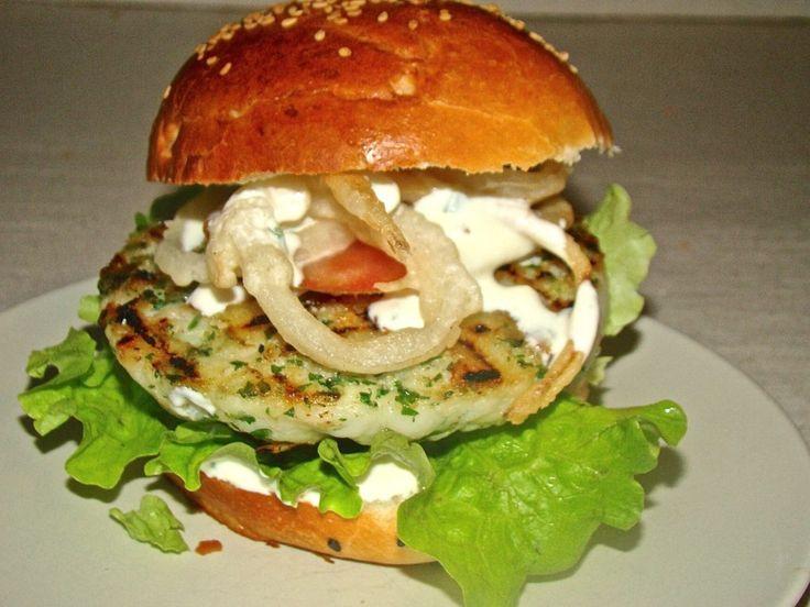 Hamburger di pesce con anelli di cipolla fritti e salsa allo yogurt