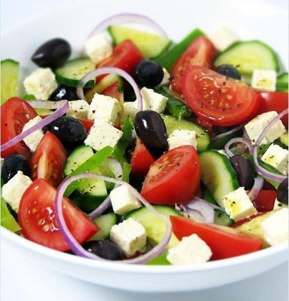 Греческий салат.  Состав помидоры - 3 шт, огурец - 1 шт, лук (репчатый или красный) - 1 шт, перец болгарский (желательно оранжевый) - 1 шт, маслины - 3 столовых ложки, листовой салат, сыр брынза или Фета - 100-150 г  для заправки  оливковое масло - 2 столовых ложки, лимонный сок - 2 столовых ложки, свежемолотый перец приправа для салата (отлично подходит Fit Up для салатов )
