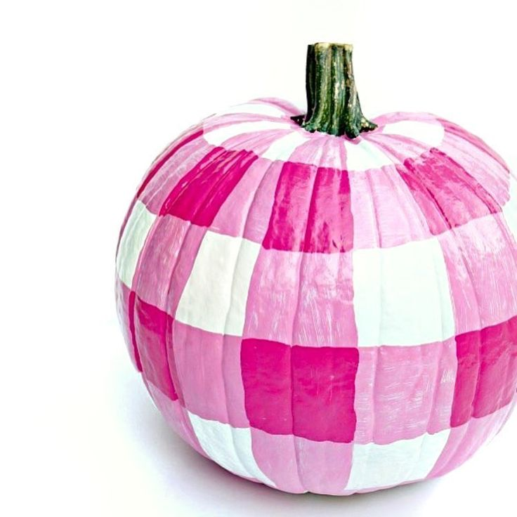 Being in Australia we don't have autumn colours this time of year so this gorgeous gingham pink pumpkin by the super talented @jenniferdimplesandtangles is perfect for spring!! ~