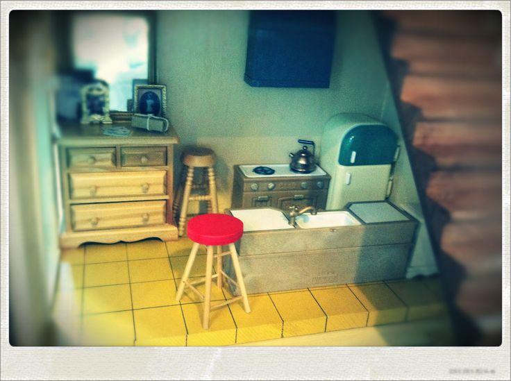 17・キッチン。玄関脇のチェストの上には鏡と虎徹さんのご家族の写真が飾ってあります。