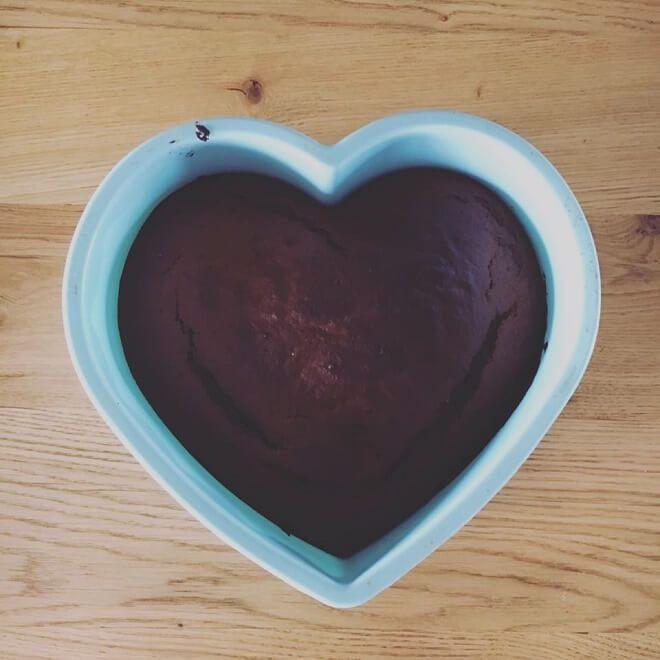 Ποιος είπε πως η διαιτολόγος δεν απολαμβάνει γλυκά τις Κυριακές. Η Κλειώ Δημητριάδου φτιάχνει σοκολατένιο κέικ με χαρουπάλευρο.