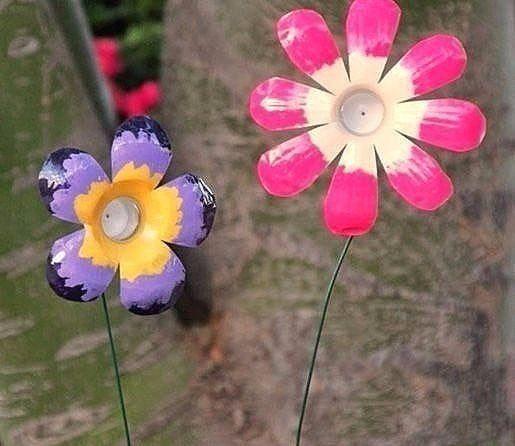 Auf diese Seite befindet sich die Anleitung für Blumen aus Plastikflaschen. Solche Blumen aus Plastikflaschen basteln, ist nicht schwer und sie schaffen es.