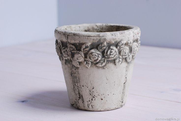 Doniczka odlana z surowego betonu, ozdobiona motywem z różyczkami. Podkreśli industrialny charakter wnętrza Twojego domu. Minimalistyczna ozdoba spodoba się fanom subtelnych dodatków. Sprawdzi się również na tarasie lub ogrodzie.