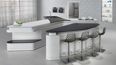 cucina bianca con tavolo da pranzo e sgabelli, piastrelle