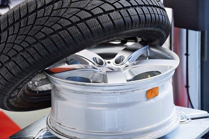Breitreifen können am Auto für mehr Stabilität sorgen. Warum Fahrzeuge mit hohem Gewicht auf breite Reifen wechseln sollten? Mehr im Autoblog-im.net #Breitreifen #Motorsport #Autoreifen