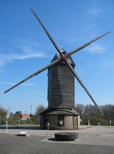 MOULIN DES HUTTES ou LEBRIEZ - GRAVELINES - Moulin pivot récent, date de 1932, construit par Eugène Roos, charpentier de moulins à Calais. C'est un meunier, Philléas Lebriez, déjà locataire du moulin Loquet qui le sauve de l'abandon vers 1944, il l'achète 17 500 F à son propriétaire cultivateur Omer Barbeaux.