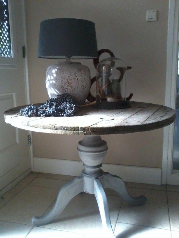 Tafel gemaakt van een kabelhaspel en een oude tafelpoot! Meer ideeen??Kijk op FB Mooi Stoer.