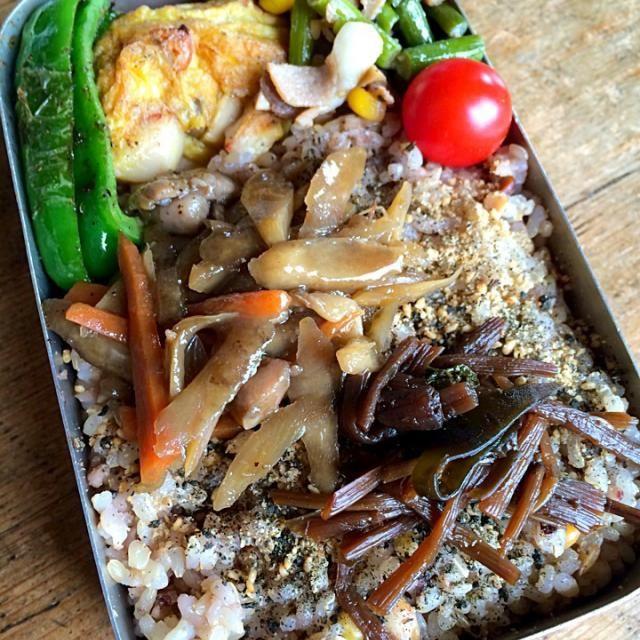 作り置きのオカズをアレコレと詰めただけのお弁当です‼︎(笑) メインはキノコと焼き豚の切れ端を入れて焼いたオムレツです。 - 92件のもぐもぐ - 今日のお弁当‼︎ by Yoshinobu Nakagawa