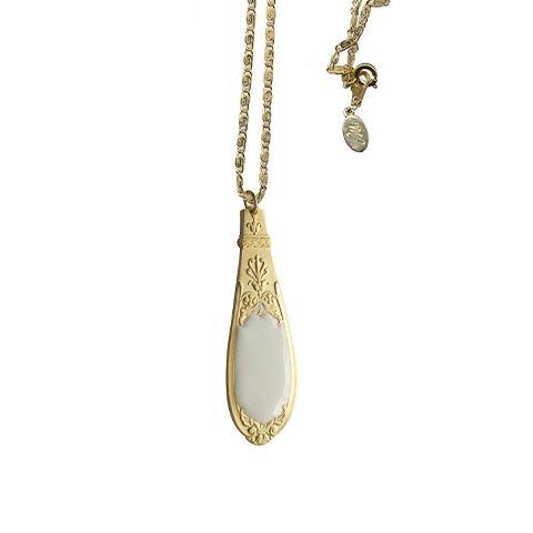 Volontairement inscrite dans une démarche d'upcycling, Maïna Khalife détourne les ménagères de nos grands-mères pour imaginer des bijoux engagés, teintés d'une esthétique rétro et romantique.