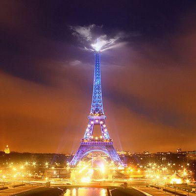 В каких месяцах Эйфелева башня более высокая? июль-август! Башня высотой 320 метров. Поскольку она изготовлена из стали, которая имеет высокий температурный коэффициент расширения, ее высота изменяется примерно на 15 см., в зависимости от времени года.