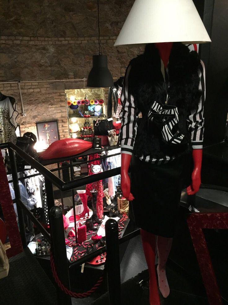 Outfit vintage, con gonna nera e giacca con fantasia zebrata.  #Roma #shopping #outfit #bcomebellezza #fashion