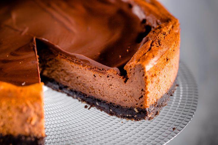 Çikolatalı Cheesecake Malzemeleri  8 kişilik / 1,5 saat  Taban için Malzemeler 40 adet kakaolu-kremalı bisküvi 100 gr. tereyağı 1 avuç fındık  İç dolgusu için Malzemeler 600 gr. labne peyniri 300 gr. krema 1,5 su bardağı şeker 4 adet yumurta 1 paket vanilya 3 çorba kaşığı un 4 çorba kaşığı kakao  Üstü için Malzemeler ½  paket krema 150 gr. bitter çikolata 1 yemek kaşığı tereyağı  Süslemek için Malzemeler 4 adet kakaolu-kremalı bisküvi 15-20 adet ahududu  TABAN İÇİN; Kakaolu bisküvi…