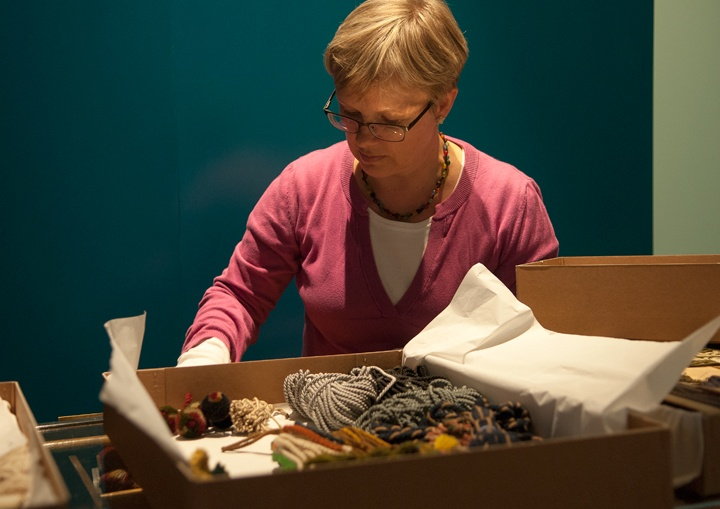 Näyttelyn tekoa: Tässä valmistellaan Salinin nyörinpunomon myyntitiskiä näyttelykuntoon. Kuva: Ira Launiala.