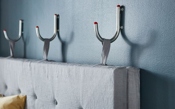 f r die r ckenlehne beziehst du zwei matratzen mit stoff n hst kn pfe daran und verbindest. Black Bedroom Furniture Sets. Home Design Ideas