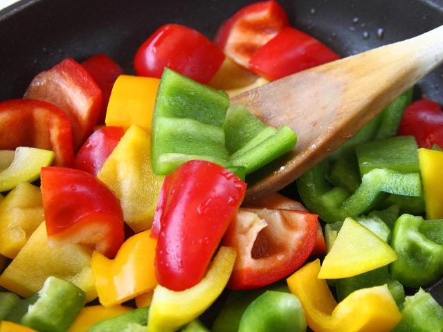 POLLO CON PEPERONI ALLA BASCA 3/5 - Eliminate il grasso di cottura, aggiungete l'olio e l'aglio leggermente schiacciato. Unite i peperoni, fateli rosolare brevemente, aggiungete i pomodori, insaporite con sale e pepe e far cuocere per 5 minuti. #fileni #pollo #recipes #food #cucina #ricette