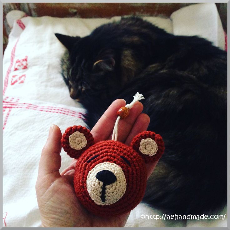 Virka katt & nalle. Jag har virkat djur att hänga på nyckelknippan. Perfekt restgarnsprojekt. Denna gång blev det en nalle och en katt.