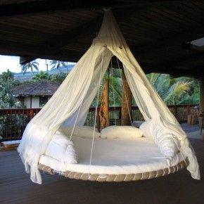 круглая подвесная кровать на веранде